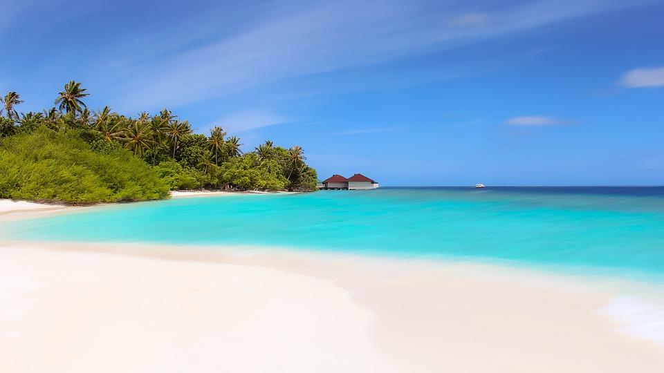 plage paradisiaque avec sable blanc et eau turquoise