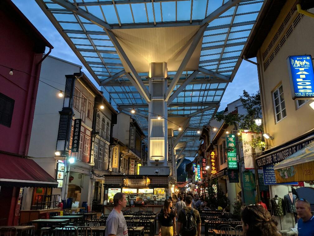 Vue sur la food Street de Chinatown avec son toit