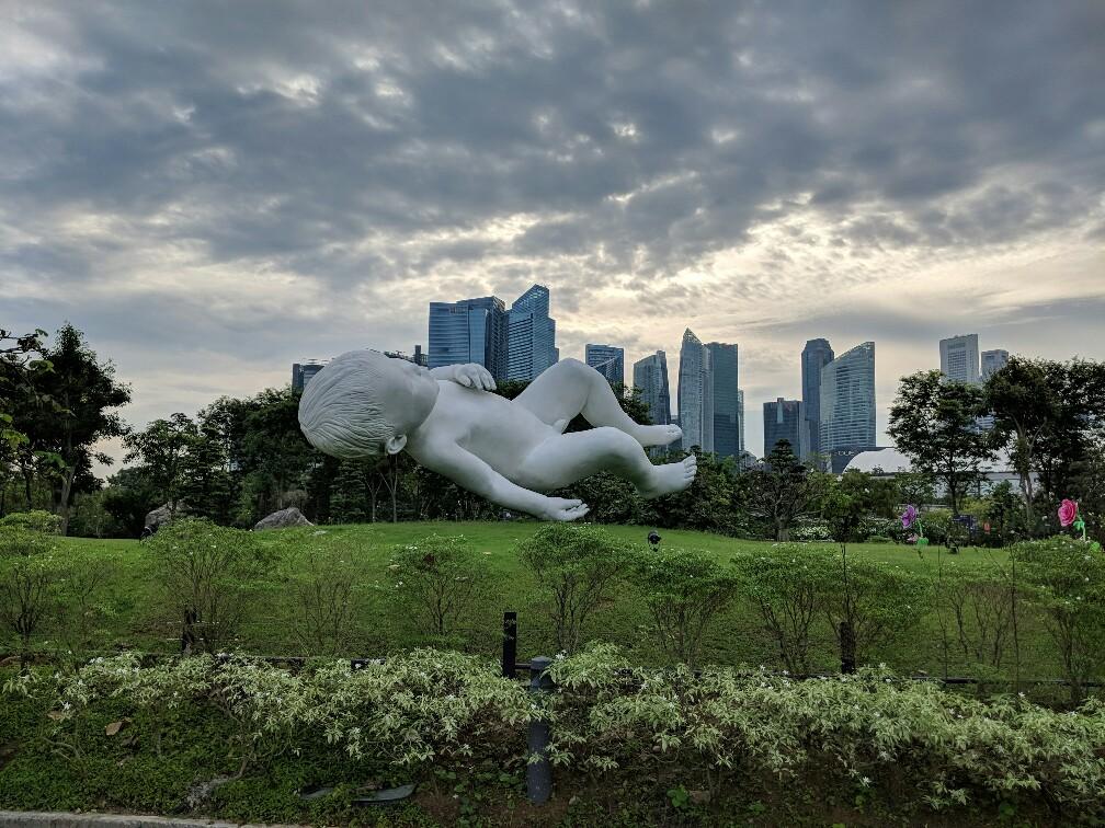Sculpture de bébé à Gardens By The Bay