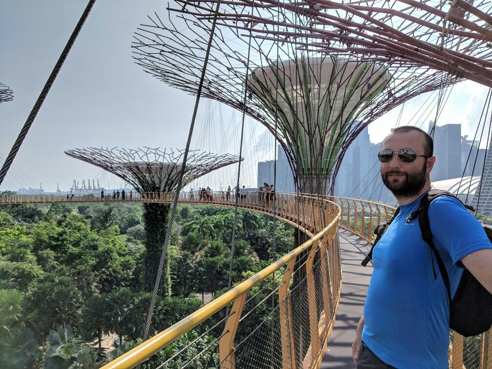 Sylvain sur une des passerelles de l'OCBC skyway de Singapour