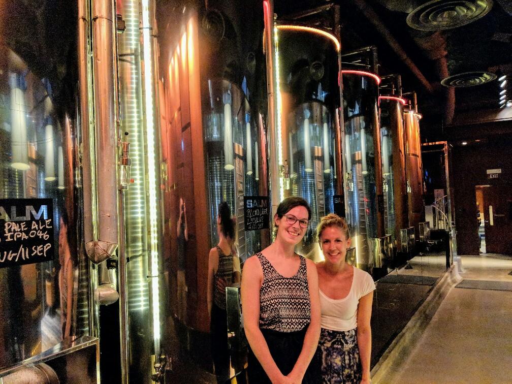Salomé et Tanja devant les cuves de la brasserie Level33