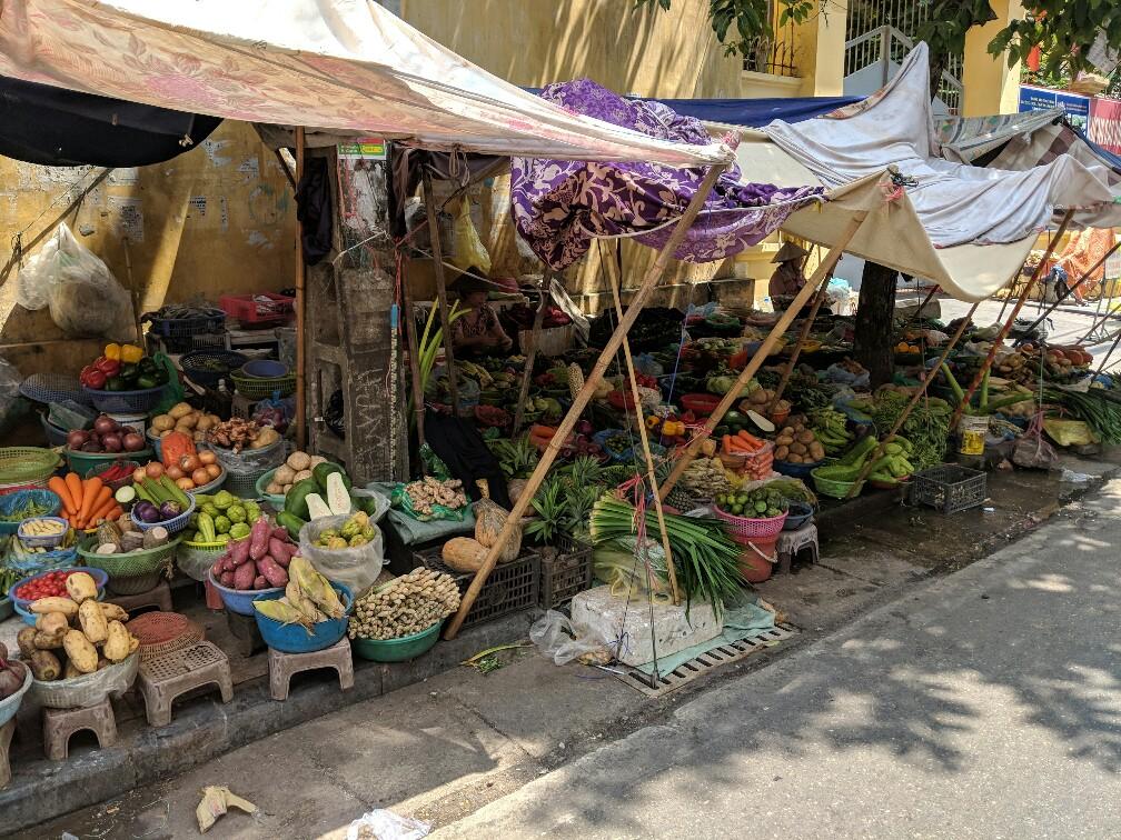 Etal de légumes dans une rue d'Hanoi