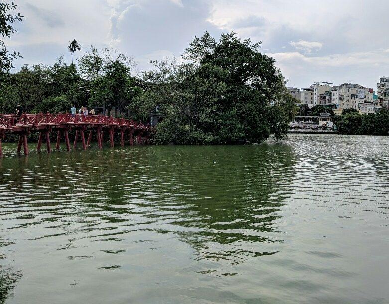 Pont rouge sur le lac Haon Kiem à Hanoi
