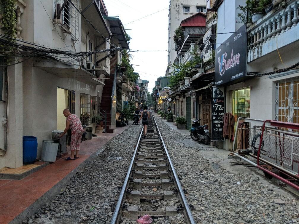 Rail passant dans une rue étroite de Hanoi