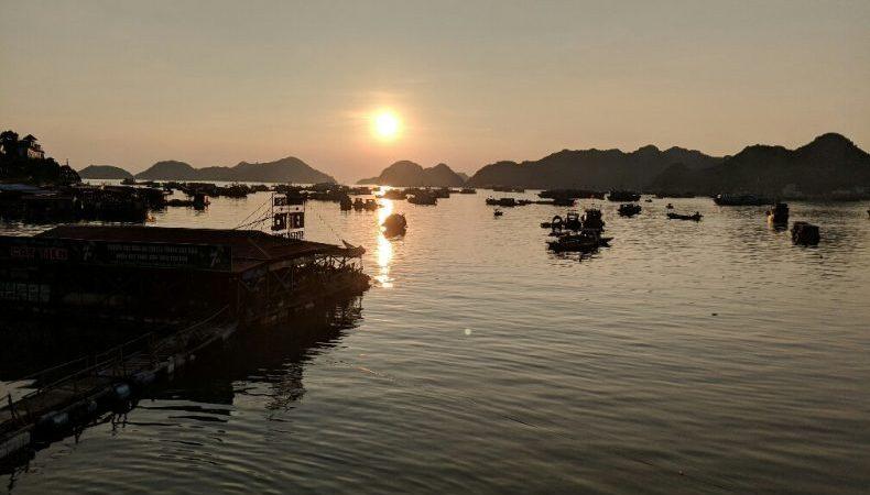 Coucher du soleil en bord de mer à Cat Ba