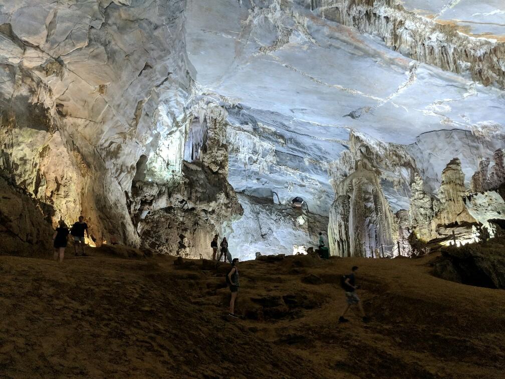 Exploration à pieds de la partie sèche de la grotte de Phong Nha