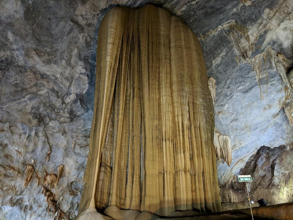 Enorme colonne dans Paradise Cave au Vietnam