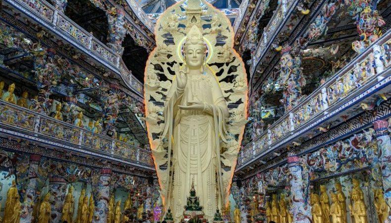 Statue géante dorée de Bouddha à la pagode de Linh Phuoc près de Da Lat au Vietnam