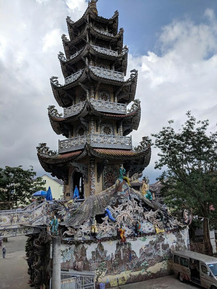 Tour principale de la pagode de Linh Phuoc près de Da Lat