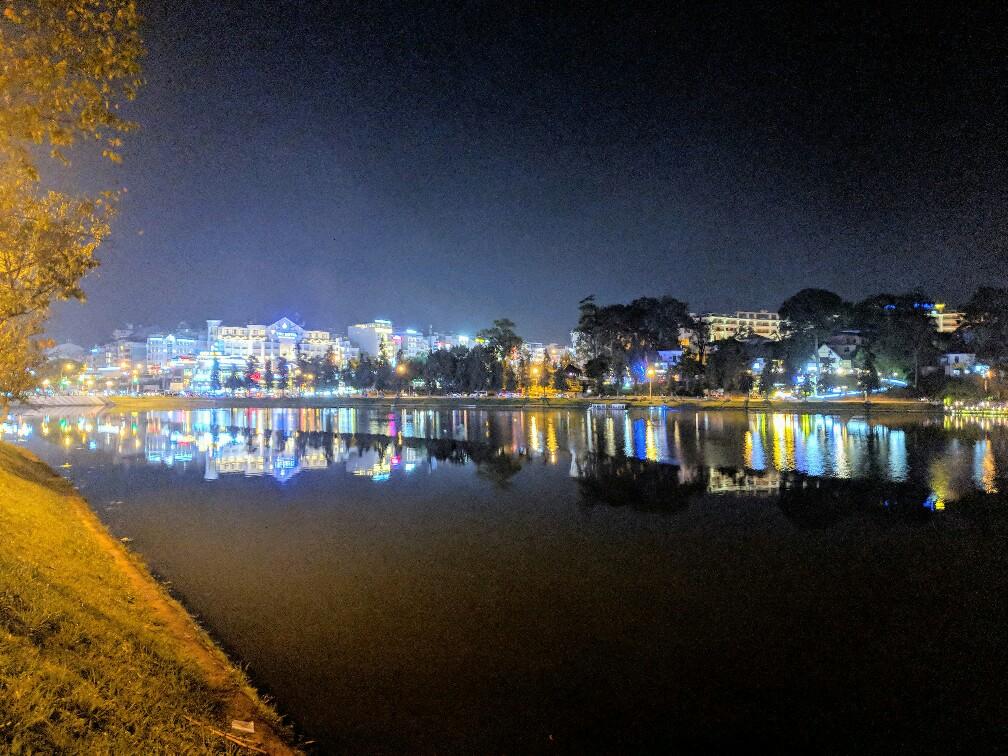 Da Lat de nuit avec réflections sur le lac