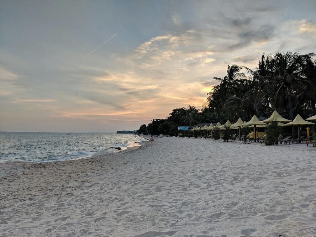 Plage Coco Beach au coucher de soleil à Mui Ne, Vietnam