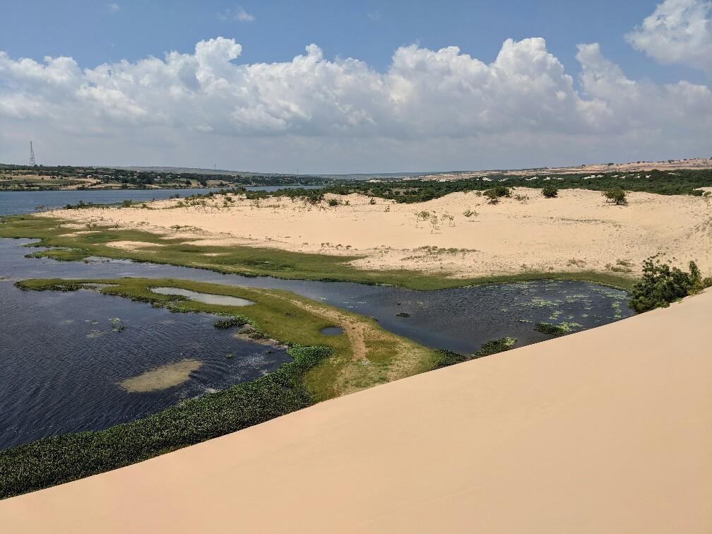 Vue sur un plan d'eau au milieu des dunes de sable de Mui Ne