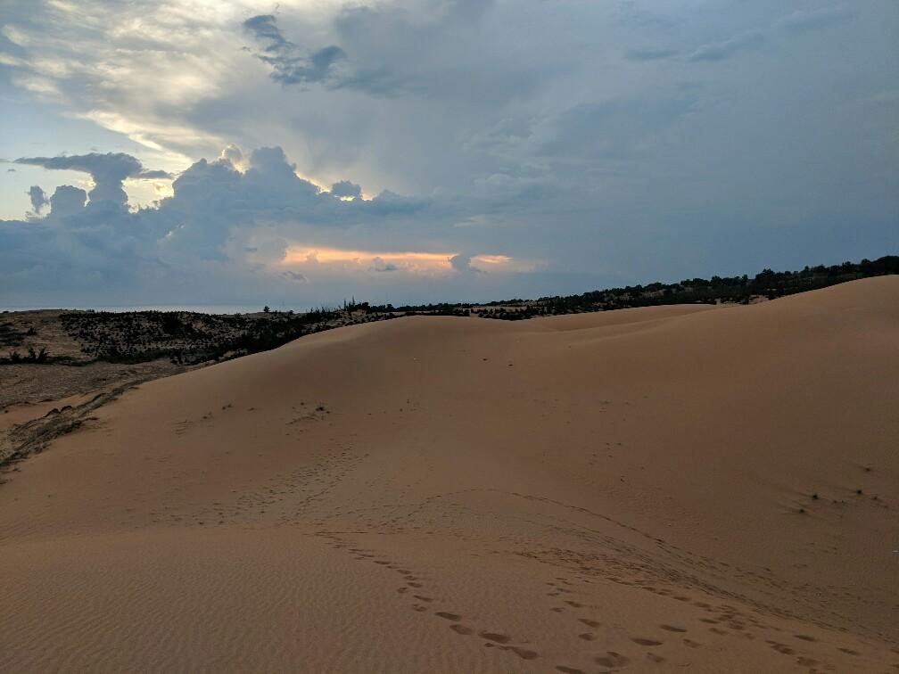 Coucher de soleil au dessus des dunes rouges de Mui Ne