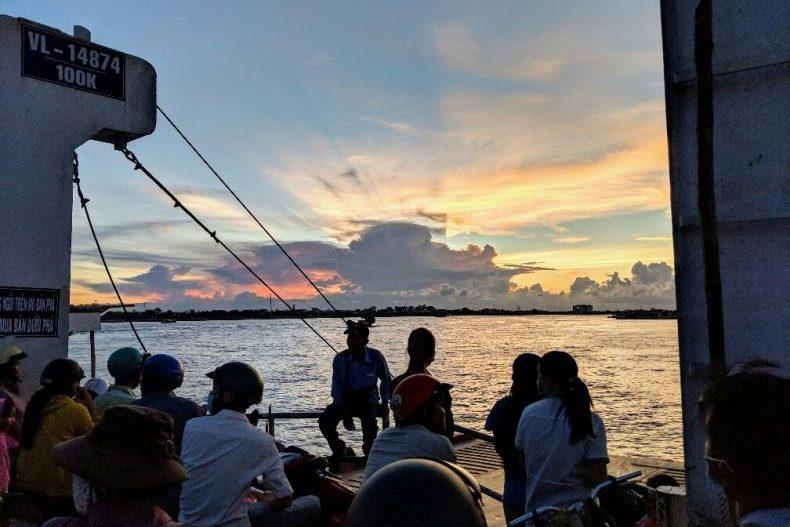 Coucher de soleil sur le Mekong depuis le ferry à Vinh Long