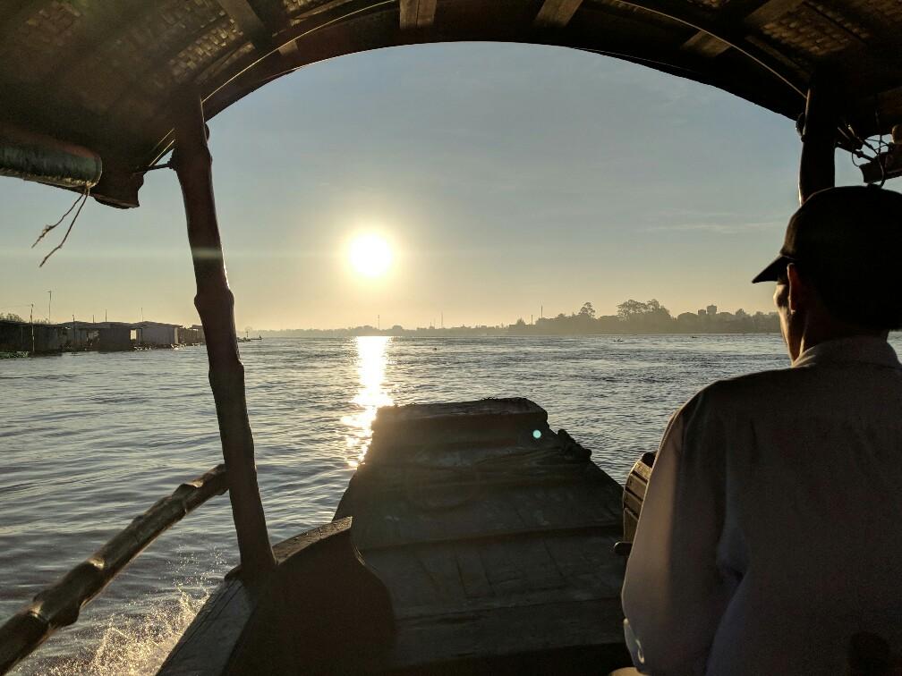 Lever de soleil depuis le bateau sur le Mekong au Vietnam