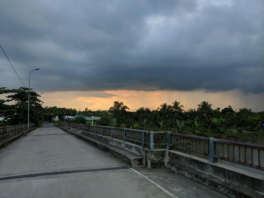 Coucher de soleil avec ciel orageux à Anh Binh au Vietnam