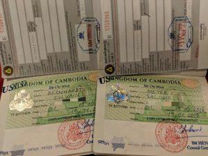 Deux visas Cambodgiens dans des passeports