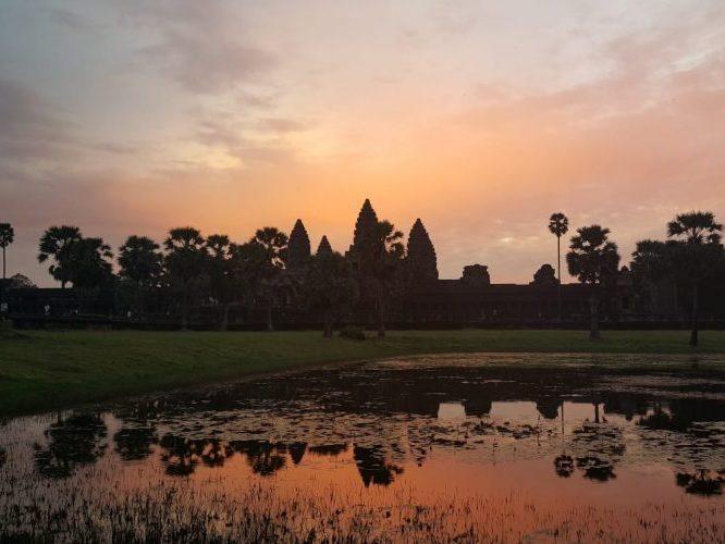 Lever de soleil sur Angkor Wat sur le site d'Angkor