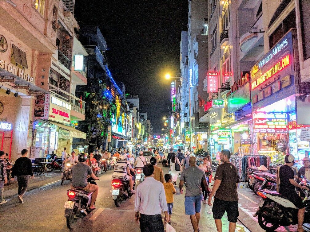 rue animée de nuit à Ho Chi Minh