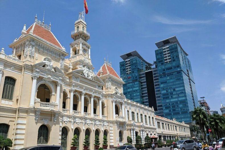 Façade principale de la mairie de Ho Chi Minh avec des buildings en fond, Vietnam