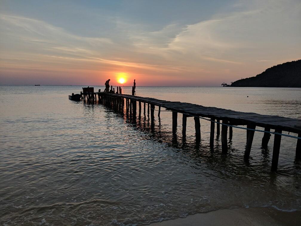 Coucher de soleil sur la mer au dessus d'un ponton en bois