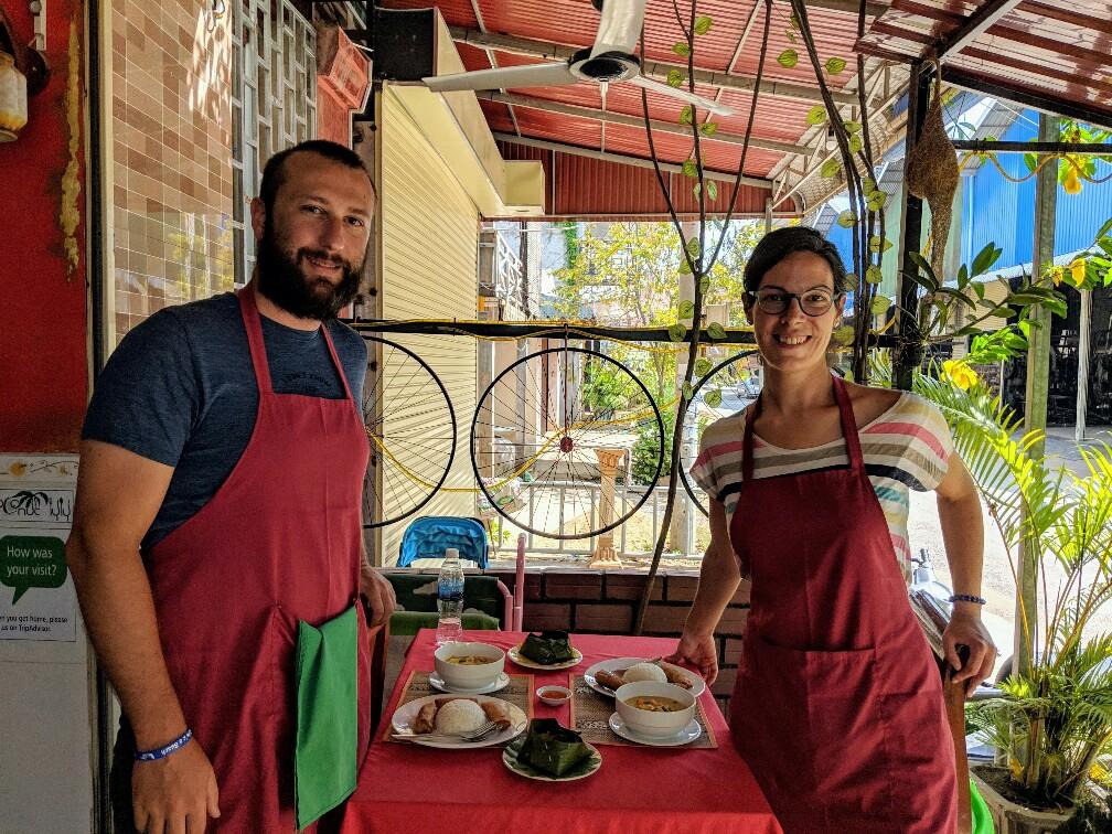 Sylvain et Salomé devant les plats finis au cours de cuisine à Battambang