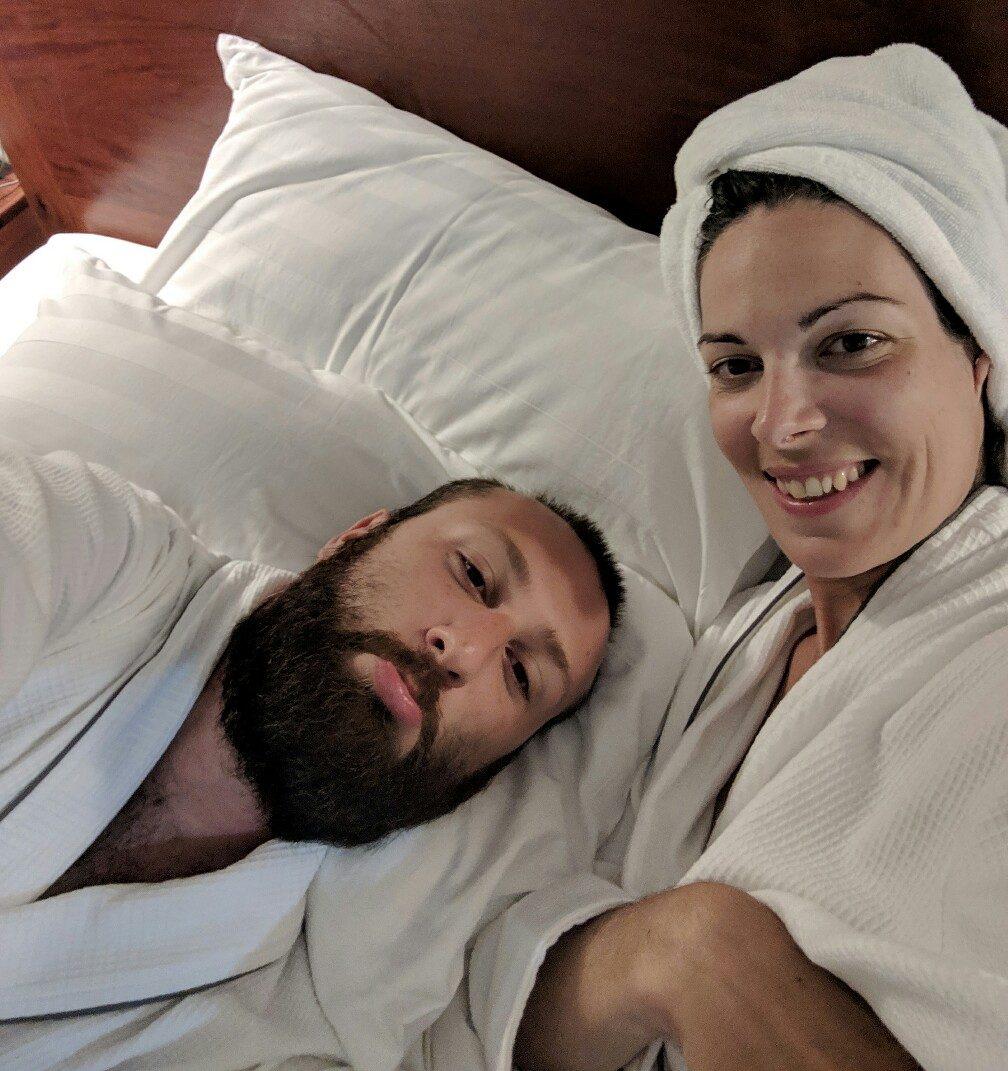 Salomé et Sylvain en peignoir dans le grand lit de leur hôtel à Siem Reap
