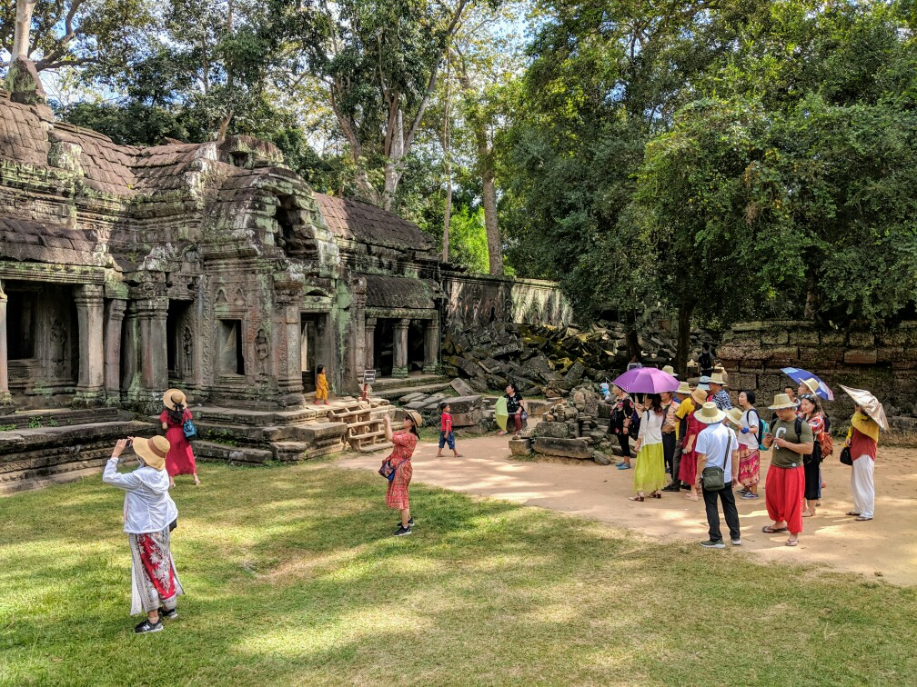 Touristes Chinois prenant en photo un temple sur le site d'Angkor au Cambodge