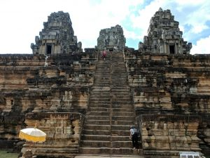 Escaliers menant au sommet du temple de Ta Keo, Cambodge