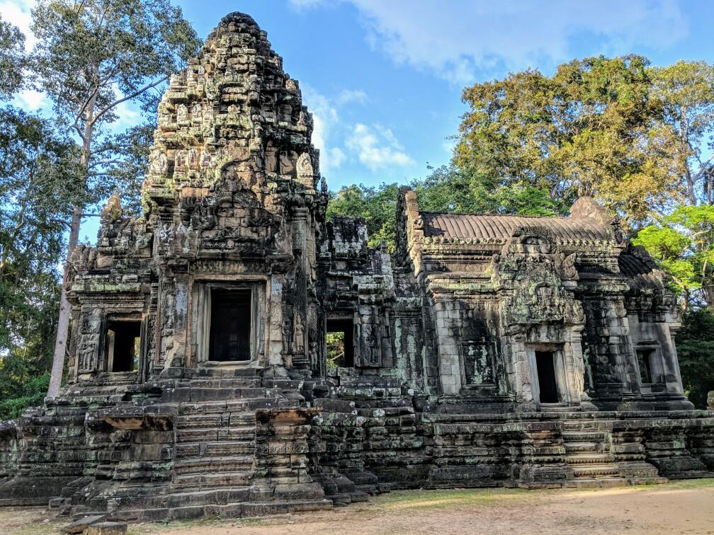 Vue de face du temple Thommanom sur le site d'Angkor