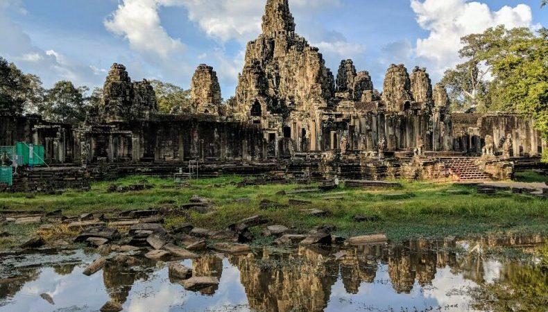 Vue éloignée du temle de Bayon se réfléchissant dans une mare, Cambodge