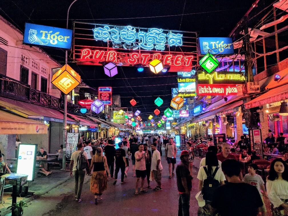 Pub Street et ses néons, Siem Reap, Cambodge