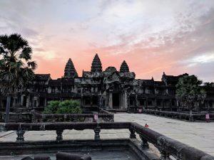 Entrée du temple de Angkor Wat au lever de soleil, Cambodge