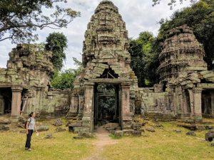 Salomé à coté de la porte du temple de Preah Khan, Cambodge