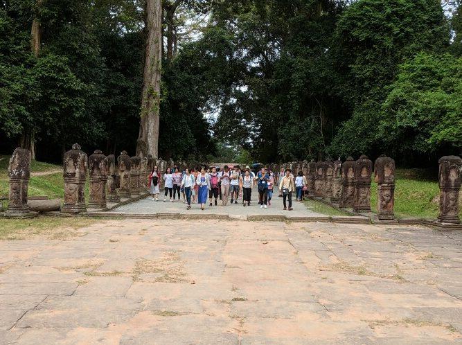 Groupe de Chinois approchant d'un temple d'Angkor