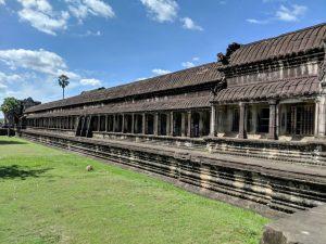 Vue extérieure d'une gallerie dans le temple d'Angkor Wat, Cambodge