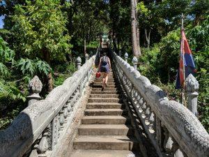 Salomé monte l'escalier de Phnom Srei près de Kampong Cham, Cambodge