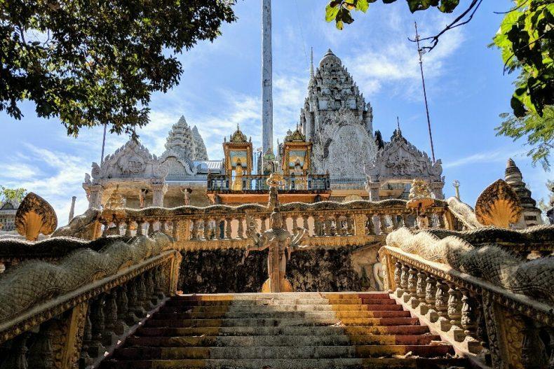 Escaliers vers le temple de Phnom Pros près de Kampong Cham, Cambodge