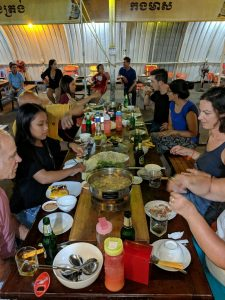 Tablée autour de fondues à Kampong Cham, Cambodge