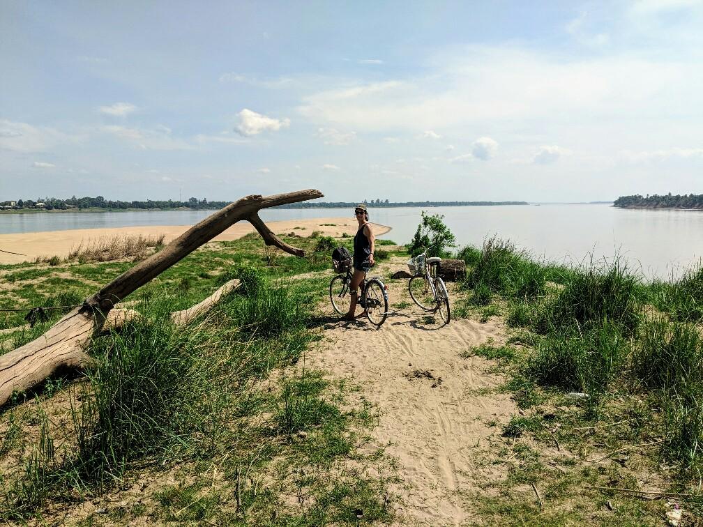 Salomé et les vélos au bout de l'île de Koh Trong, Cambodge