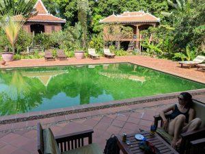 Piscine verte à un hotel de luxe sur Koh Trong, Cambodge