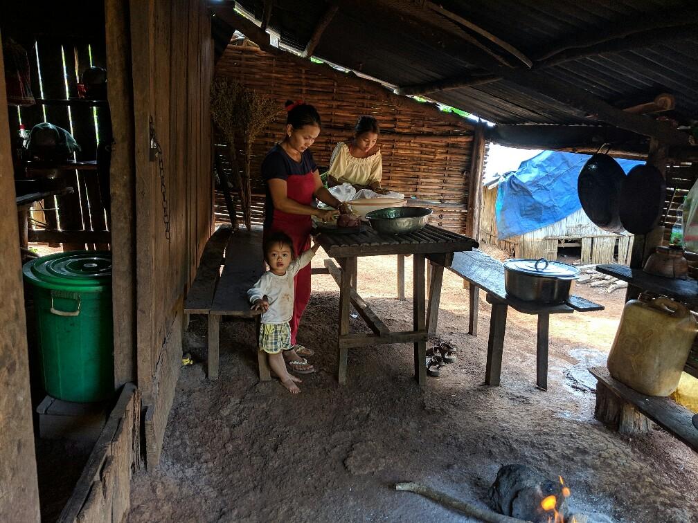 Cuisine avec plusieurs personnes de la minorité Bunong au Cambodge