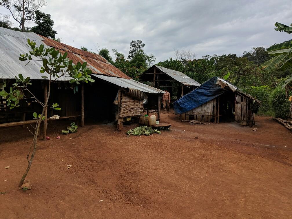 Logements du village Bunong, Cambodge