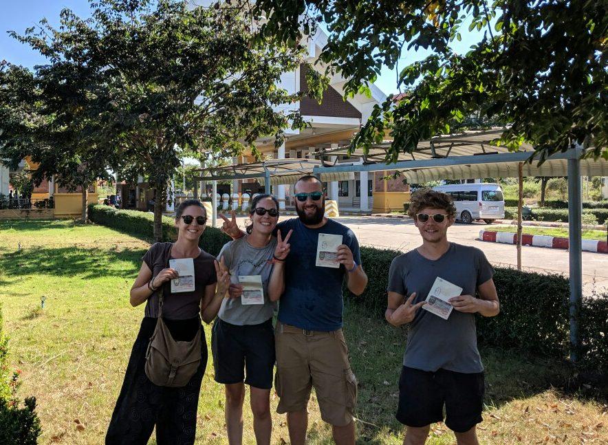 Photo de groupe avec les visas laotiens à la frontière