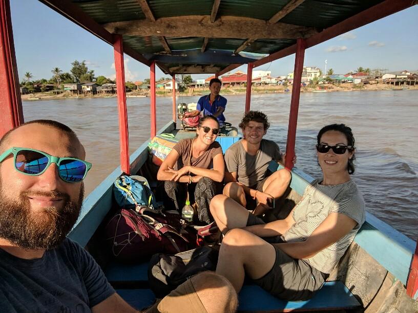 Sylvain, Salomé, Alix et Emilien sur le bateau vers Don Det, Laos