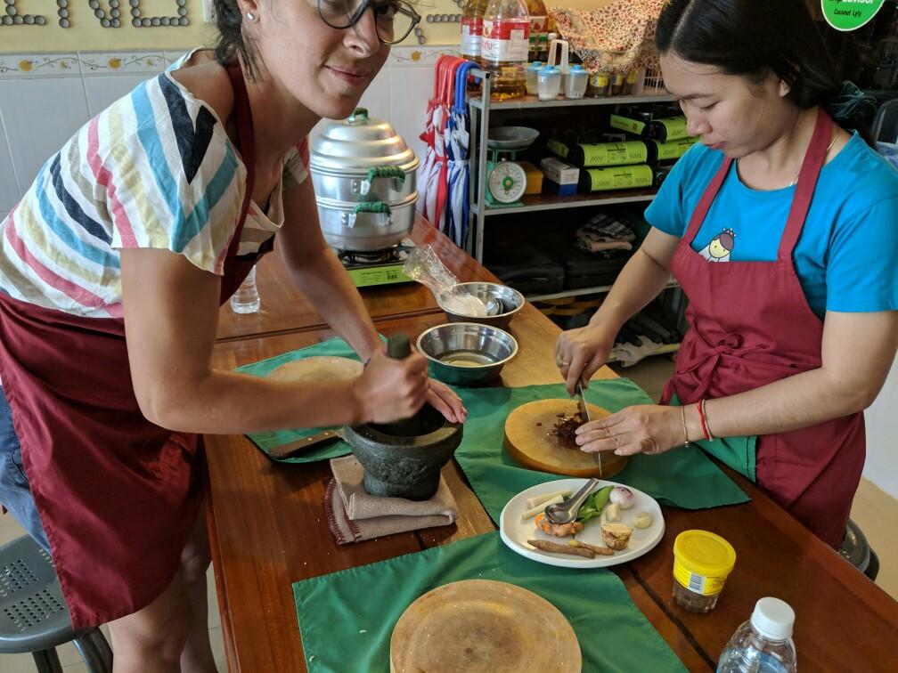 Salomé broie pendant le cours de cuisine à Battambang