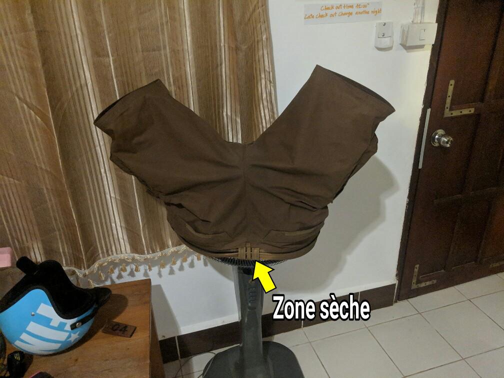 Le short de Sylvain sèche sur le ventilateur de la chambre à Konglor, Laos