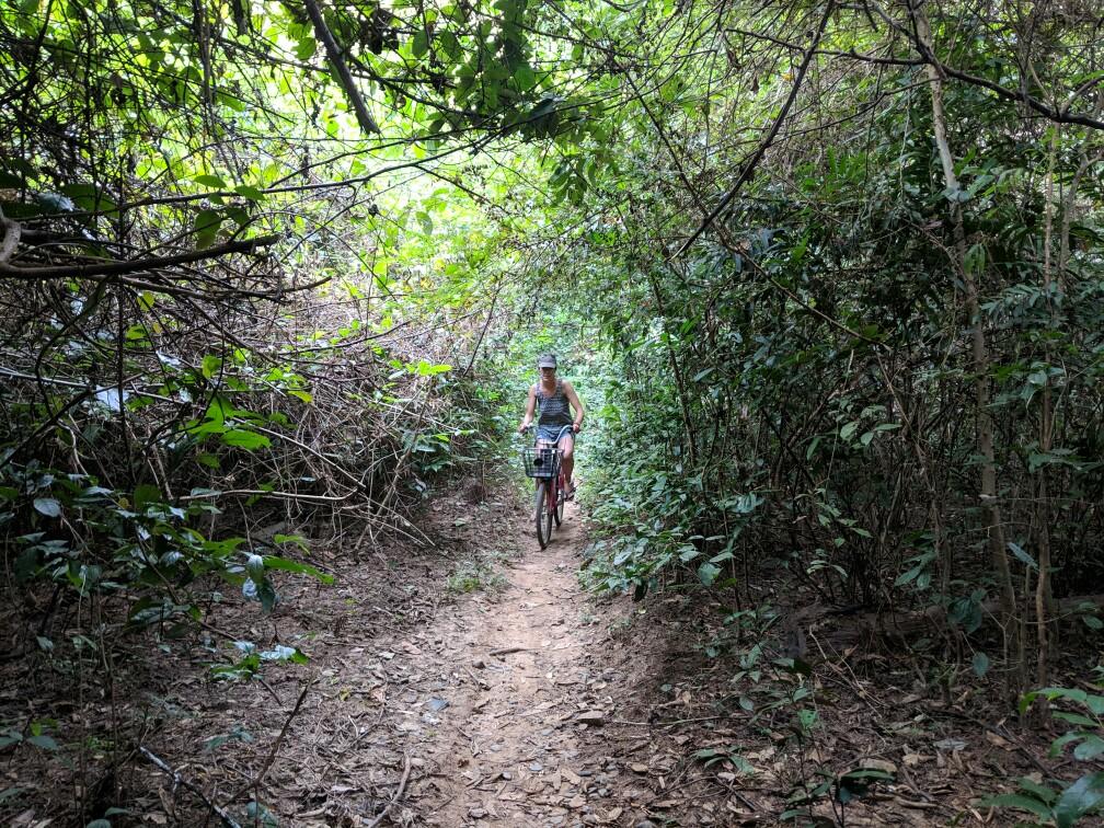 Salomé en vélo dans la jungle de Don Khone, Laos