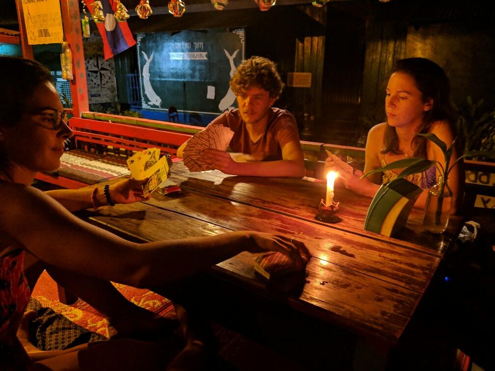 Salomé, Alix et Emilien jouent aux cartes à Don Det, Laos