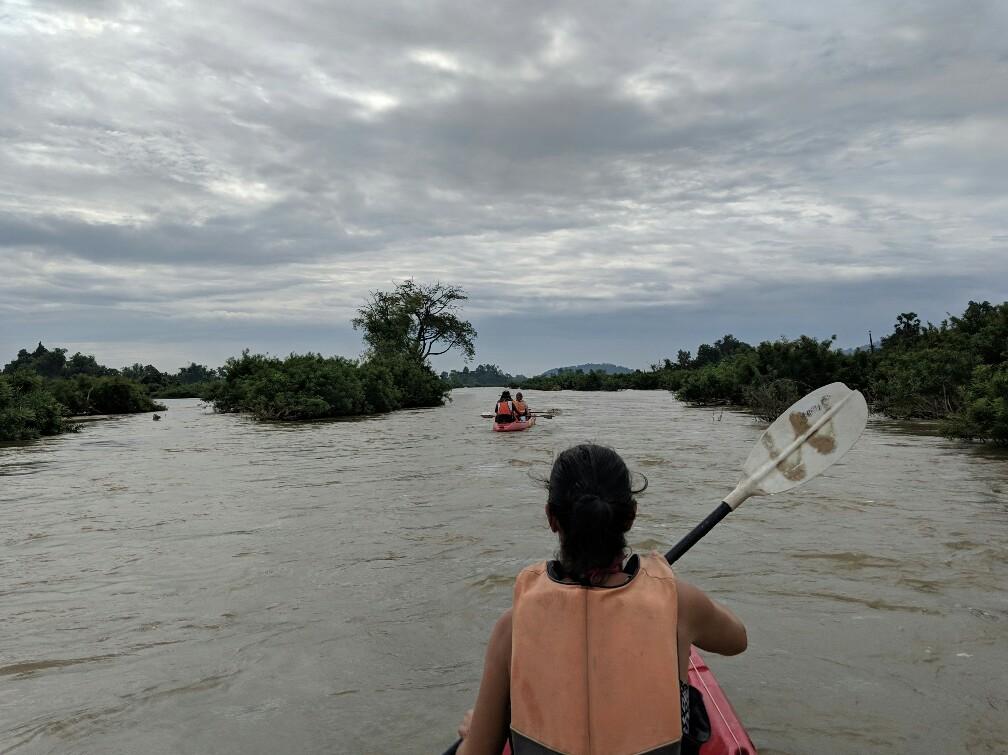 Salomé fait du kayak sur le Mékong à Don Det, Laos